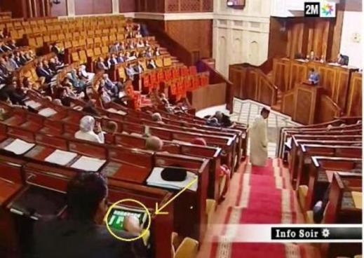 الكشف عن اسم البرلماني المنشغل بلعب الكارطة داخل البرلمان