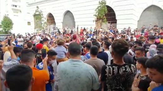 """شاهدوا.. تشييع جنازة الطفل عدنان تتحول إلى مسيرة احتجاجية حاشدة للمطالبة بـ""""إعدام"""" المجرم"""