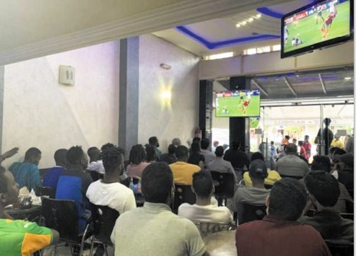 """سلطات بركان تمنع بث مباريات كرة القدم بالمقاهي بسبب ارتفاع إصابات """"كورونا"""" بجهة الشرق"""