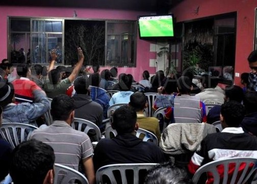 سلطات طنجة تنهي المنع وتسمح بعرض مباريات كرة القدم في مقاهي المدينة