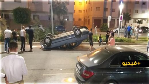 شاهدوا.. إصابة أربعة شبان في حادث انقلاب سيارة وسط حي المطار بالناظور