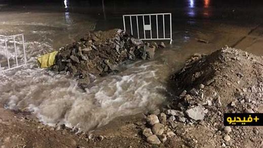 إنفجار أنبوب لشبكة الماء الصالح للشرب يحول الطريق المؤدية لأزغنغان إلى بركة مائية