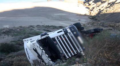 إنقلاب شاحنة كبير محملة بالحليب على الطريق الساحلية