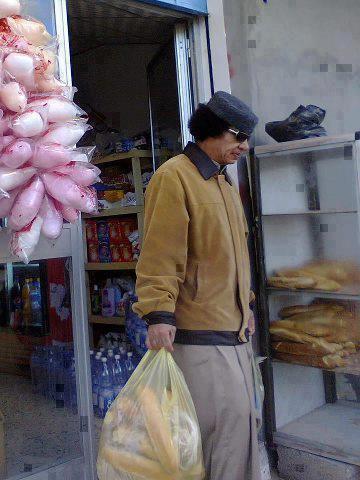 القذافي في المغرب.. وهذه صورة له وهو يتبضع من أحد الدكاكين