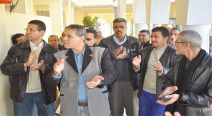 موظفو بلدية زايو يستأنفون احتجاجهم على اقتطاع الأجور بوقفة احتجاجية