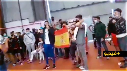 مثير.. شباب مغاربة عالقون بالثغر المحتل يرفعون الراية الإسبانية ويرفضون الرجوع إلى المغرب