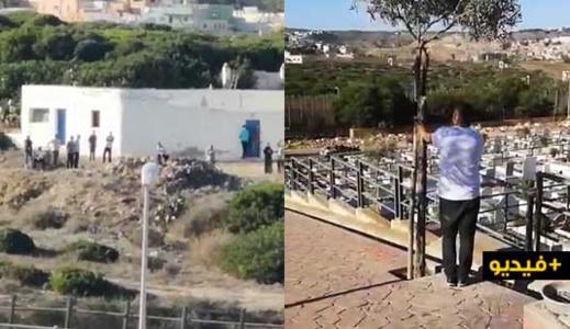 اغلاق الحدود يجبر والد شاب توفي بمليلية على حضور جنازة ابنه من وراء السياج الفاصل