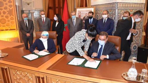 الرحموني والوزيرة المصلي يوقعان اتفاقية دعم ممتهنات التهريب المعيشي