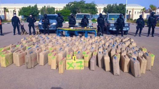 توقيف شخصين للاشتباه في تورطهما في الاتجار الدولي للمخدرات وحجز طن من مخدر الشيرا