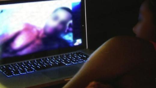 """خبير يحذر من عصابة على مواقع التواصل الاجتماعي تستدرج ضحايا باستعمال """"الإباحية"""""""