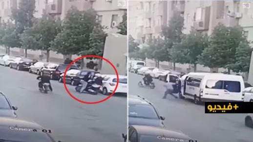 """شاهدوا.. تدخل """"بطولي"""" لمواطنين بالشارع العام يحبط محاولة سرقة دراجة نارية تسوقها امرأة"""