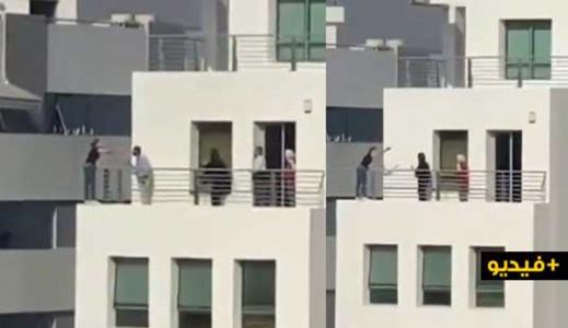 شاهدوا.. محاولة انتحار مستخدمة من شرفة الطابق الرابع للشركة التي تشتغل بها