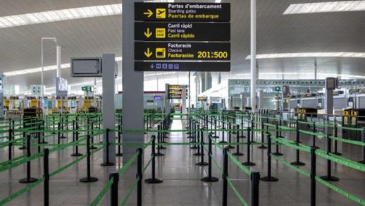 بالصور.. سلطات برشلونة تمنع مغاربة دخول المدينة وتحتجزهم في المطار