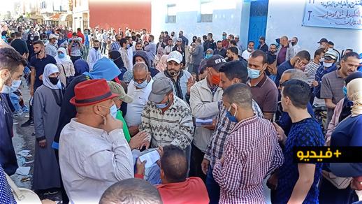 """شاهدوا.. تجمهر غفير لمئات """"المهربين"""" يؤدي إلى إغلاق مقر الإتحاد المغربي للشغل بالناظور"""