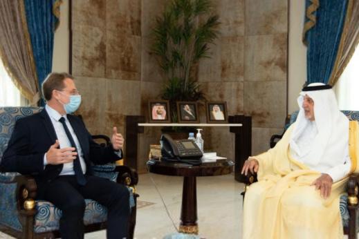 في عز أزمة الإساءة إلى الرسول.. أمير مكة يستقبل سفير فرنسا في لقاء ودي