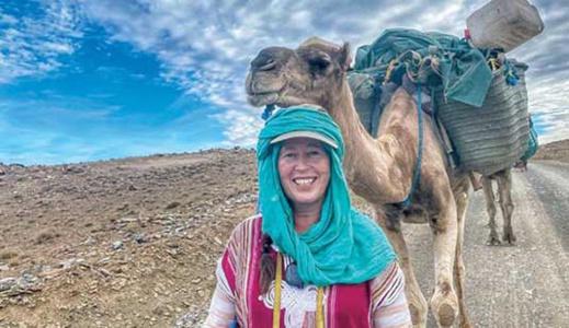 انطلقت من الناظور.. مغامرة اسكتلندية تنهي رحلتها بالمغرب على متن الجمال والأقدام بعدما قطعت 1400 كلم