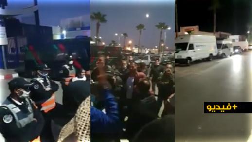 """بعد مبيتهم قرب ميناء بني أنصار بسبب إلغاء رحلتهم.. مواطنون يستعملون """"لكلاكسون"""" للاحتجاج"""