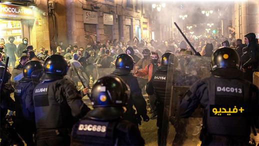 شاهدوا.. اشتباكات عنيفة بين الشرطة ومتظاهرين ببرشلونة على قيود كورونا