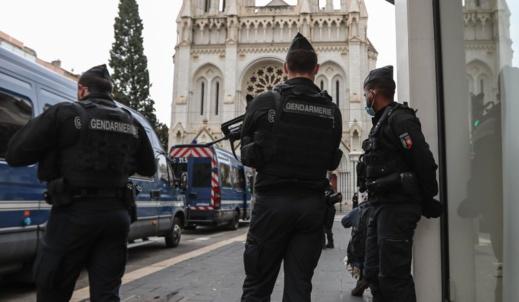 مجهول يطلق النار على كاهن في مدينة ليون الفرنسية واستنفار وسط الشرطة لاعتقاله