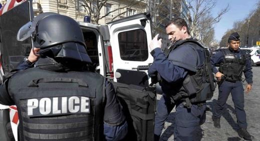 """الشرطة الفرنسية تعتقل شخصا توعد مدرّسين في باريس بـ""""الثأر لله والنبي محمد"""""""
