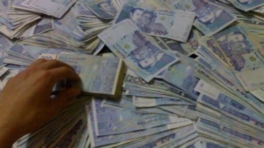"""برلماني يكشف: رجال أعمال """"أفرغوا"""" الأبناك من الأموال وكدّسوها في """"المخادّ"""" و""""الكوفر فور"""""""