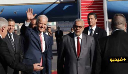 """شاهدوا.. فرقة عسكرية تعزف """"عيد ميلاد سعيد"""" للرئيس الأمريكي الجديد لحظة وصوله إلى المغرب"""