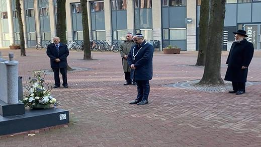 """هولندا.. عمدة مدينة ريفي مسلم يثير ضجّة بعد ظهوره معتمرا قبعة اليهود في ذكرى """"المحرقة"""""""