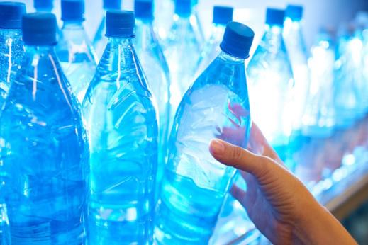 ارتفاع أسعار المياه المعدنية بسبب زيادات في الرسوم المحلية