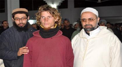بلجيكي يعلن إسلامه وينطق الشهادتين بالمسجد القديم بزايو