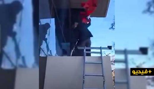 """شاهدوا.. قنصل المغرب يزيل """"خرقة"""" البوليساريو ويعيد علم المملكة أمام أنظار المرتزقة الصحراويين"""