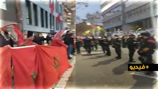 """شاهدوا.. مغاربة يثورون في وجه """"ميليشيات"""" البوليزاريو أمام قنصلية المملكة ببرشلونة"""
