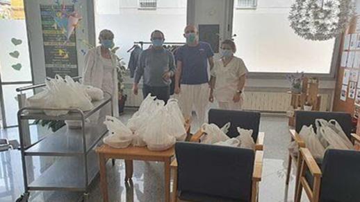 """مغربي بإسبانيا يخصّص مطعمه لتوزيع وجبات مجانية علی رجال الشرطة والأطباء في """"زمن كورونا"""""""