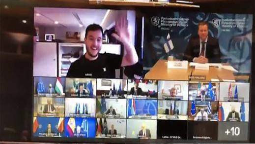 """بالفيديو.. صحفي يتمكن من حضور اجتماع سري لوزراء دفاع أوروبا بعد خطأ """"غبي"""" لأحد الوزراء"""