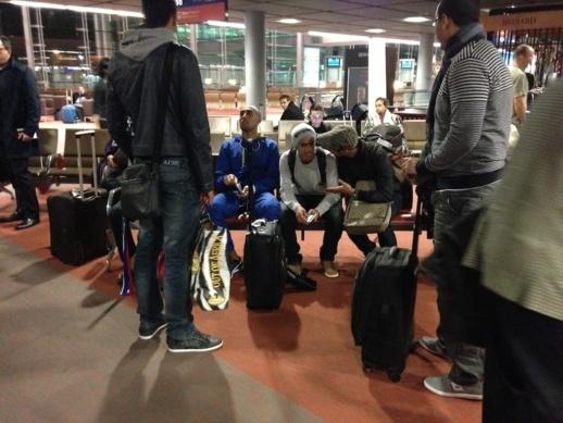 لاعبو المنتخب المغربي في مطار شارل دوكول بباري
