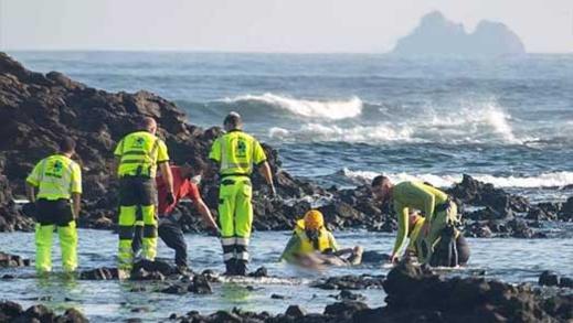 """مأساة.. انتشال جثث 8 مهاجرين مغاربة بعد ارتطام قاربهم بصخور قرب جزيرة """"لانزاروتي"""" بإسبانيا"""