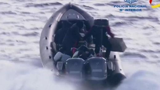 شاهدوا.. مطاردة مثيرة للشرطة الإسبانية تنتهي باعتقال مهربي مخدرات وسط البحر