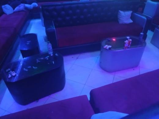 """بني أنصار.. مداهمة مقهى شيشة مشهور بتنظيم """"حفلات الرقص"""" وسط اعتقالات في صفوف الفتيات"""