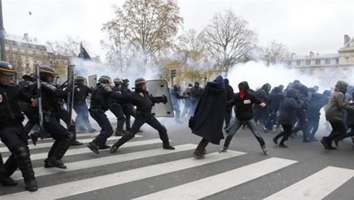 """فرنسا.. مواجهات عنيفة بين الشرطة والمتظاهرين بسبب قانون """"الأمن الشامل"""""""