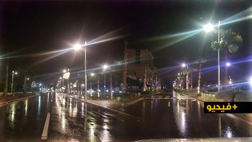 شاهدوا.. أمطار مصحوبة برياح قوية ليلة أمس تخلي شوارع مدينة الناظور