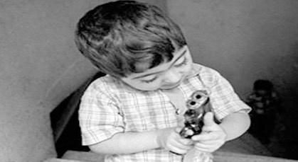 طفل يطلق النار على نفسه من مسدس شرطي كان يعتقده لعبة