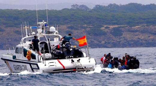 أبحروا من شمال المغرب.. إنقاذ 48 مهاجرا سريا بينهم نساء وأطفال قبالة سواحل إسبانيا