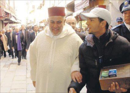 صورة لبنكيران مع بائع سجائر تثير جدلا بين رواد الفيسبوك