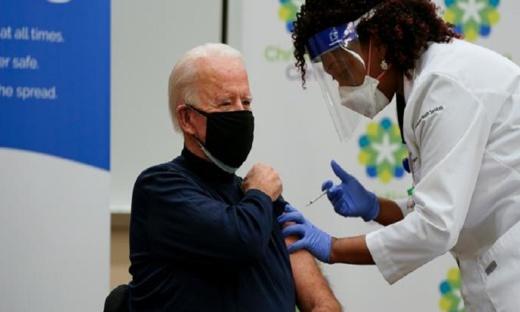 """الرئيس الأمريكي الجديد بايدن يتلقى جرعته الأولى من لقاح """"فايزر"""" ضد كورونا"""