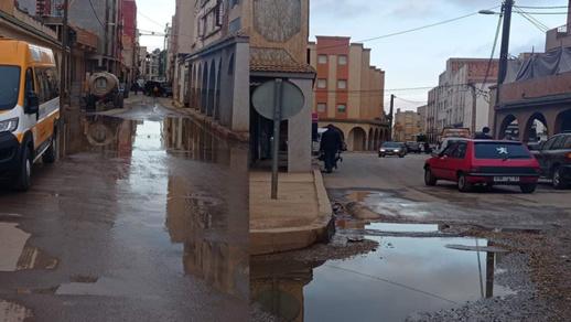 جماعة تمسمان عاجزة عن إصلاح قناة للصرف الصحي والساكنة تحيى مع المياه القذرة والروائح النتنة منذ أسبوع