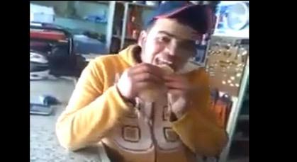 بالفيديو.. من أجل 250 درهم يلتهم ساندويش ذباب