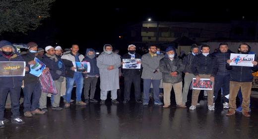 نشطاء ومنتسبون للعدل والإحسان ينظمون وقفة ليلية للتنديد بتطبيع المغرب مع اسرائيل بزايو