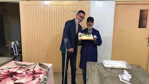 """الناشط الأمازيغي """"زناي"""" يشارك احتفاله برأس السنة الميلادية مع مغسل الموتى بمستشفى الحسني بالناظور"""