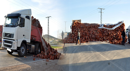 شاحنة كبيرة محملة بالآجور كادت أن تسبب في كارثة بطريق زايو الناظور