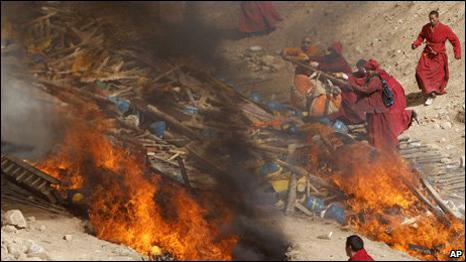 إحراق جثث مسلمين ماتوا بكورونا يثير مخاوف الجالية