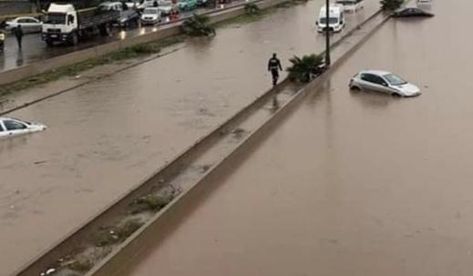 """فيضانات """"تحاصر"""" وزراء في حكومة العثماني في الطريق السيار"""
